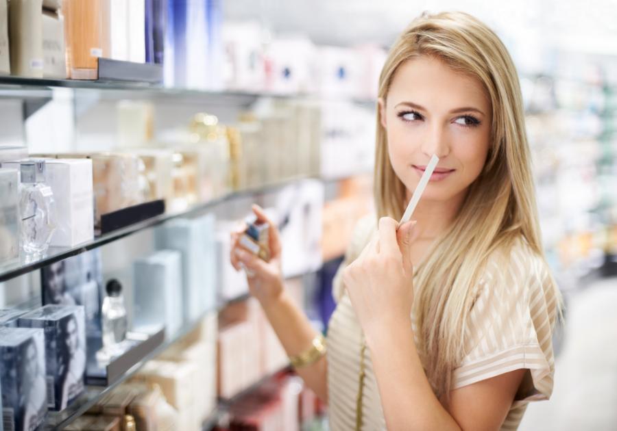 Kobieta w perfumerii