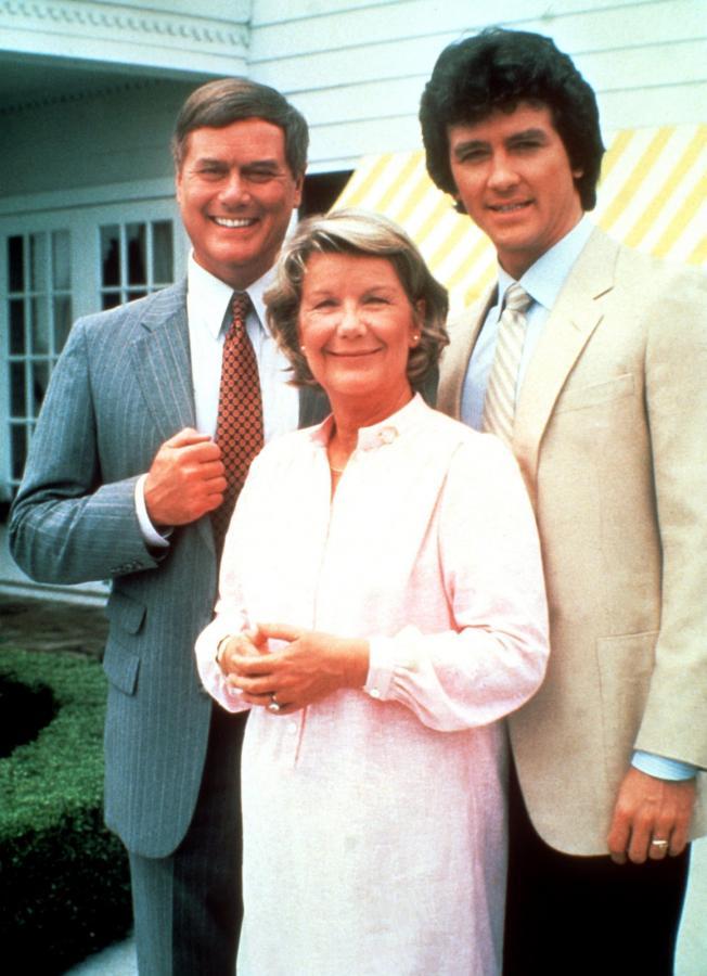 "Larry Hagman, Barabara Bel Geddes i Patrick Duffy w serialu ""Dallas"""