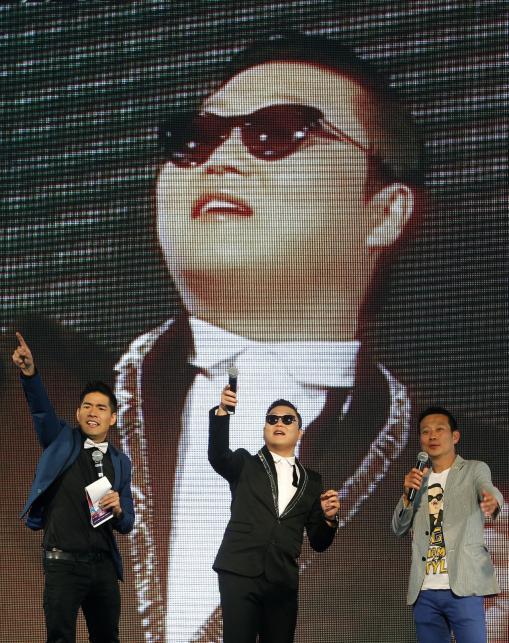 PSY podczas koncertu w Tajlandii