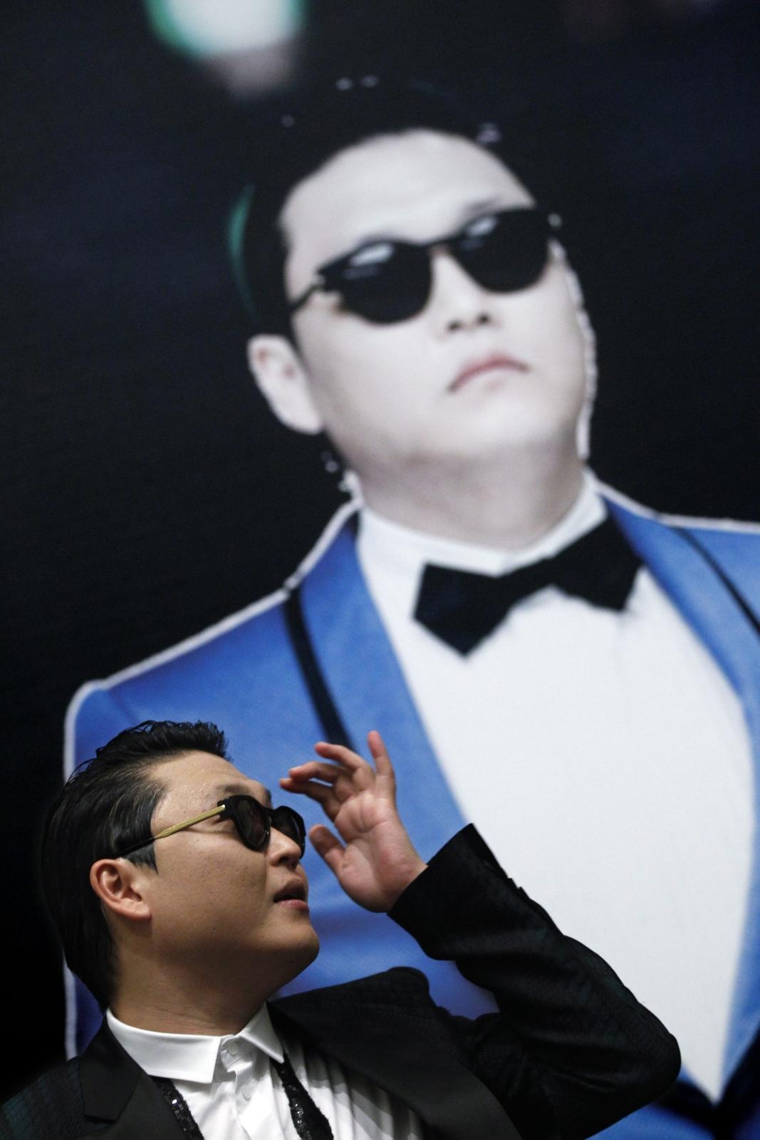 PSY podczas koncertu w Singapurze