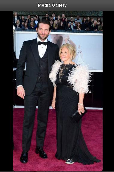 Bradley Cooper z mamą na czerwonym dywanie