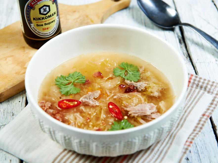 Kapuśniak na wędzonym żebrze z sosem sojowym i chili