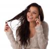 Bawienie się włosami w trakcie rozmowy