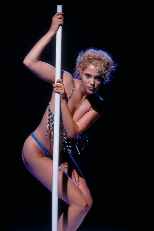 "Elizabeth Berkley w filmie ""Showgirls"""