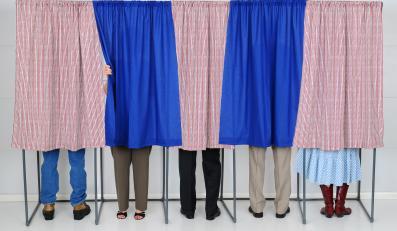 Ludzie w czasie głosowania
