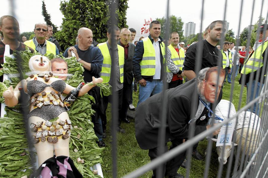 Protestujący związkowcy przed halą Kapelusz podczas konwencji krajowej Platformy Obywatelskiej