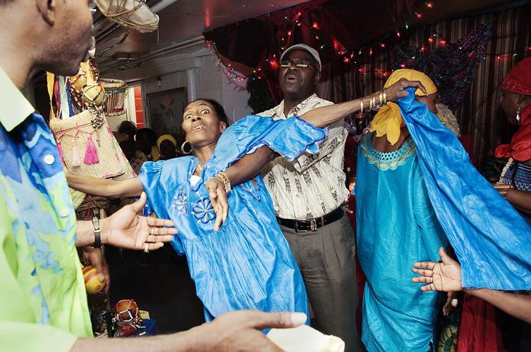 Shannon Taggart, Vodou Ceremonies in Mambo Rose Marie Pierre's Basement Temple, Brooklyn, New York, 2009–2012 Dzięki uprzejmości artystki / courtesy of the artist