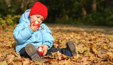 Dziecko na jesiennym spacerze