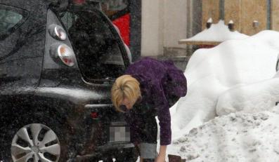 Łapicka zdejmuje buty na ulicy