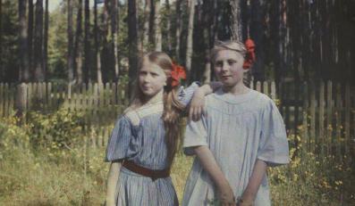 """Hania Lilpopówna (z prawej) ze swoją przyjaciółką Marią Wysocką, później Piątkowską, w dzieciństwie nazywaną Babetką – ogród letni wilii Lilpopów """"Aida"""", Podkowa Leśna, maj 1909"""
