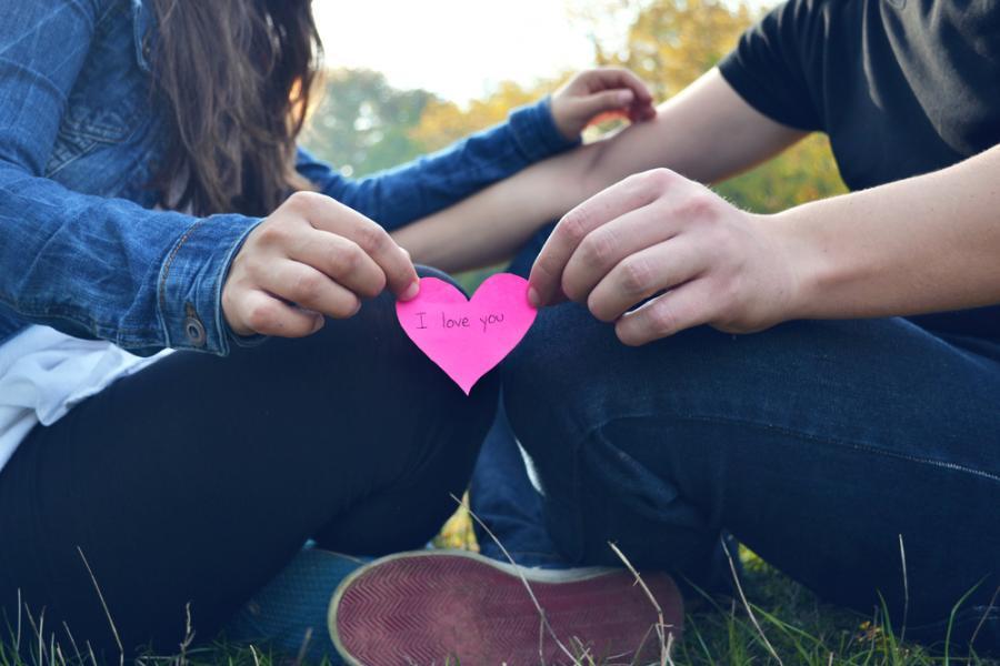 3. Trzymanie się za ręce z ukochaną osobą może zredukować ból