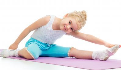 Dziewczynka ćwiczy