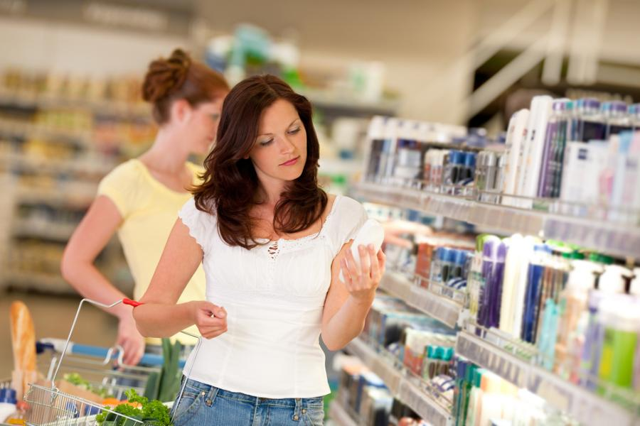 Kobieta w sklepie z kosmetykami