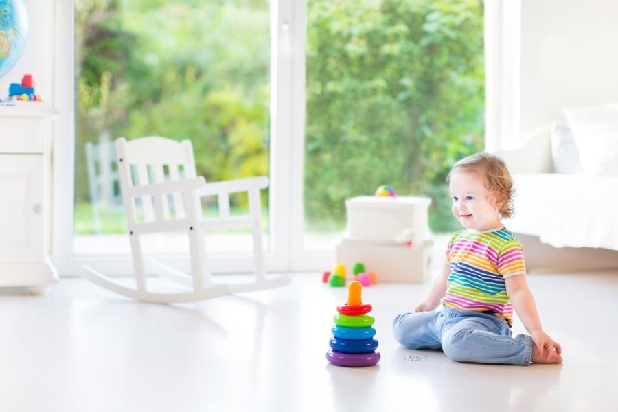 Dziewczynka bawiąca się w salonie