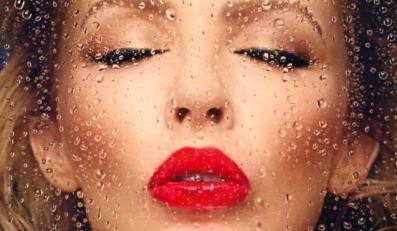 Kylie Minogue zostawia na lustrze szminki ślad
