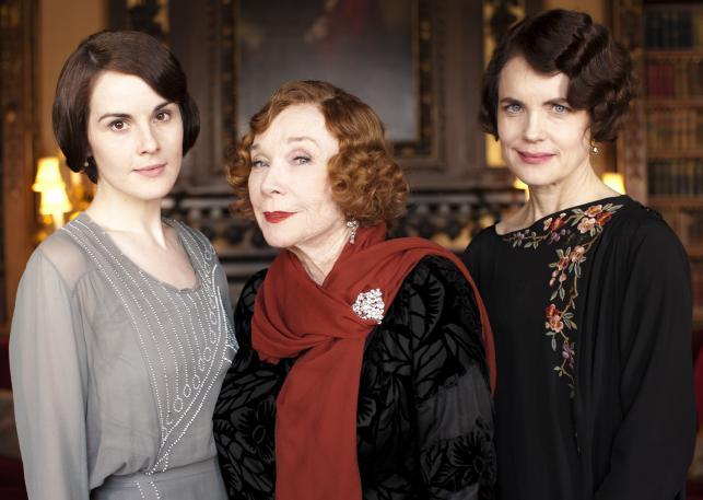 """Michele Dockery, Shirley MacLaine i Elizabeth McGovern w serialu """"Downton Abbey"""""""