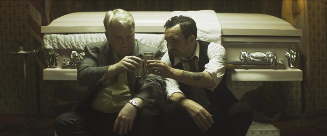 "Philip Seymour Hoffman i Eddie Marsan w filmie ""God's Pocket"""