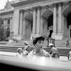"""Zdjęcie z kolekcji Vivian Maier – """"Kobieta przed Biblioteką Publiczną"""""""
