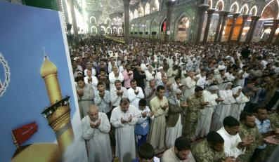 Szyici w meczecie w Karbali