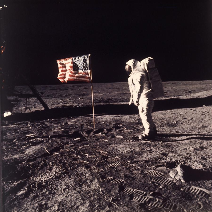 Neil Armstrong na Księżycu i... powiewająca flaga
