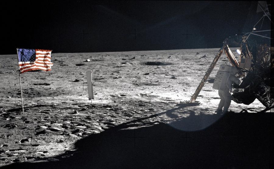 Lądowanie na Księżycu w 1969 i... brak gwiazd w tle roku
