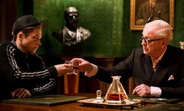 """Taron Egerton i Michael Caine w filmie """"Kingsman: The Secret Service"""""""