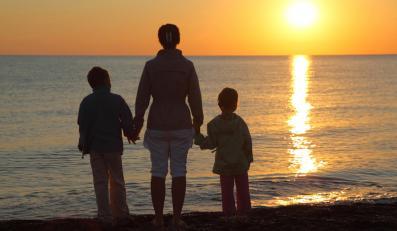 Matka z dziećmi na plaży