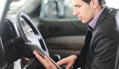 Kierowca z tabletem w rękach