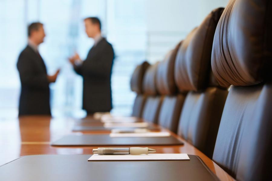 Mężczyźni w sali konferencyjnej