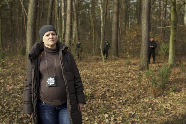Podkomisarz Iza Dereń (Jowita Budnik) – enigmatyczna, zastanawiająco smutna dziewczyna w zaawansowanej ciąży