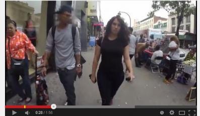 dziewczyna na nowojorskiej ulicy