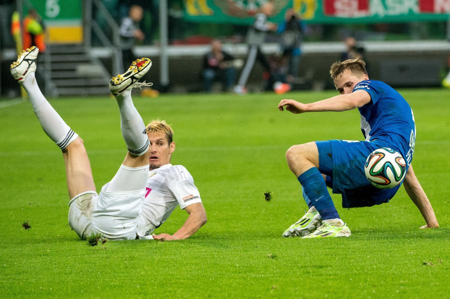 Zawodnik Śląska Wrocław Dudu Paraiba (L) walczy o piłkę z Tomaszem Kędziorą (P) z Lecha Poznań podczas meczu polskiej Ekstraklasy