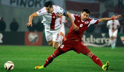 Piłkarz reprezentacji Polski Robert Lewandowski podcinany przez Akaki Khubutia