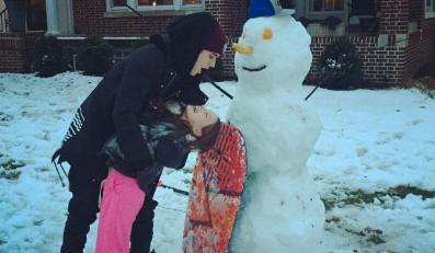 Justin Bieber lepi bałwana z siostrą