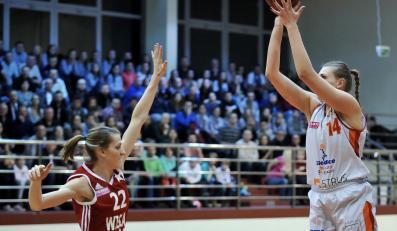 Do kosza rywalek mierzy Marta Jujka (P) z miejscowego MKK ponad blokującą Alexandrią Quigley (L) z Wisły Can-Pack Kraków