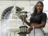 Serena Williams piękna jak nigdy. Tak pozowała z trofeum Australian Open