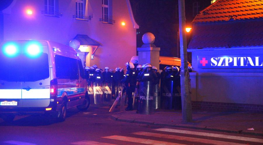 KNURÓW: NOCNE STARCIA Z POLICJĄ PRZED SZPITALEM, W KTÓRYM ZMARŁ KIBIC