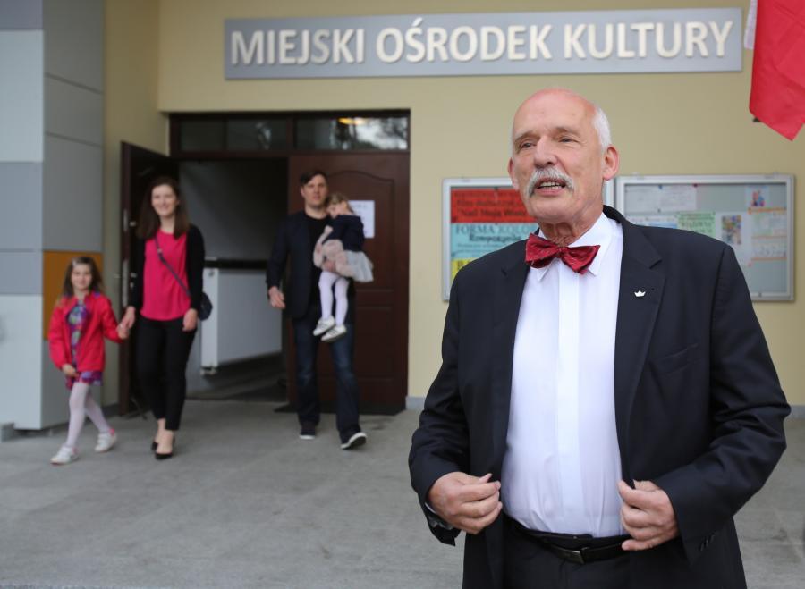 Kandydat ugrupowania KORWiN - Janusz Korwin-Mikke przed lokalem wyborczym w Józefowie pod Warszawą