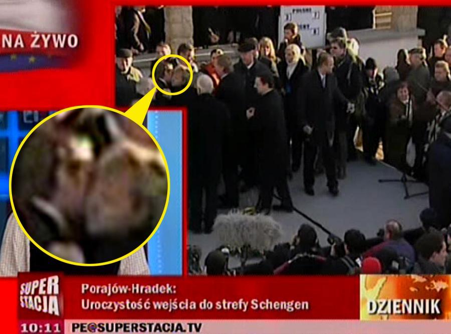Tusk całuje się z kanclerz Merkel