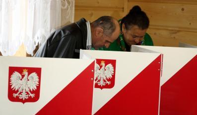 Górale podczas głosowania w obwodowej komisji wyborczej w Maruszynie