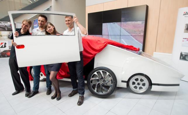 Rafał Spisak, Patryk Wagner, Beata Mordzak i Michał Szymański, czyli część zespołu Łódź Solar Team prezentują swój pojazd