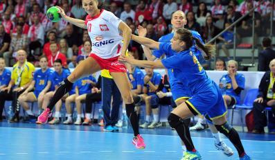 Polka Kinga Grzyb (L) mija w ataku Irynę Glibko (C) i Olgę Laiuk (P) z Ukrainy podczas rewanżowego meczu eliminacji do mistrzostw świata szczypiornistek