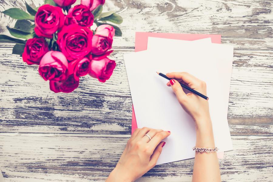 Kobieta wypisująca kartkę okolicznościową