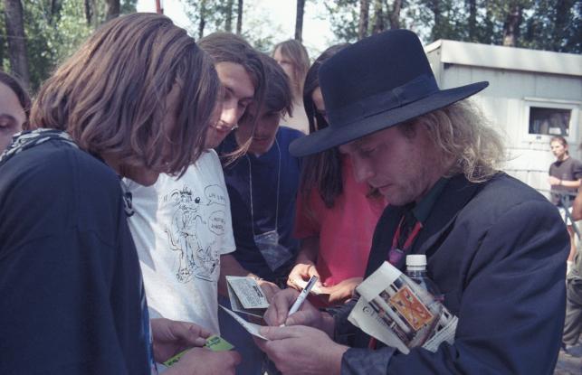 Jarocin na archiwalnych zdjęciach: 1992, wokalista zespołu Kat Roman Kostrzewski rozdaje autografy