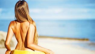 Naga kobieta na plaży