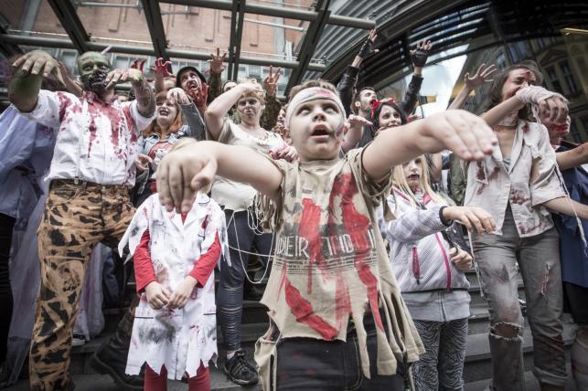 Uczestnicy zombie walk 2015