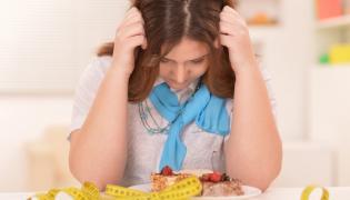 Smutna kobieta na diecie