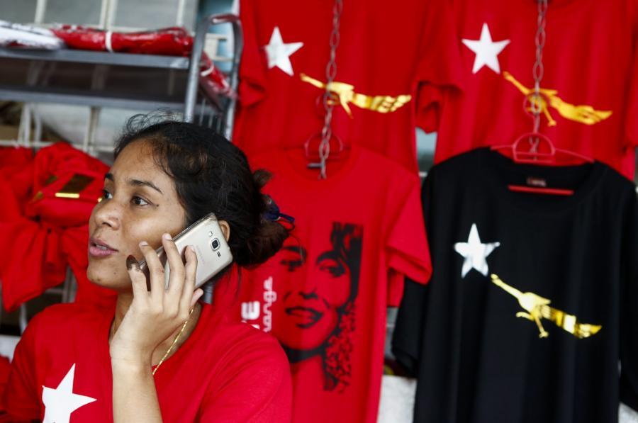 Przedstawicielka National League for Democracy rozmawia przez telefon