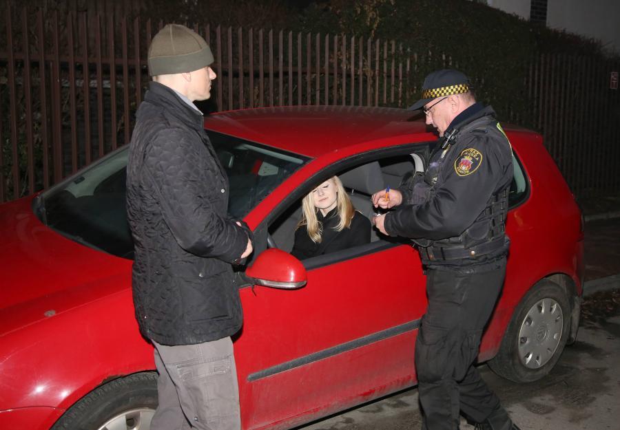 Na miejscu w obstawie funkcjonariusza BOR pojawiła się Kinga Duda córka prezydenta, która zapłaciła mandat i przestawiła samochód