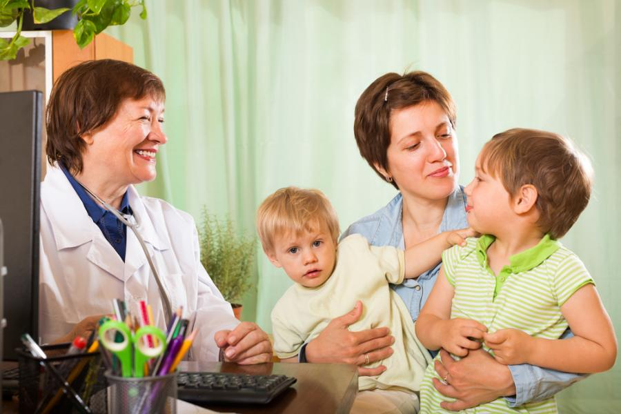 Matka z dziećmi u lekarza